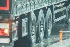 Ciężarówka jedzie na drodze w deszczu zdjęcie royalty free
