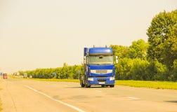 Ciężarówka jest na drodze Zdjęcia Royalty Free