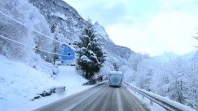 Ciężarówka jest podróżna na zimy drodze w górach Norwegia Shevelev zbiory