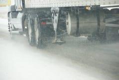 Ciężarówka męczy przędzalnictwo na autostradzie podczas śnieżycy Zdjęcie Stock