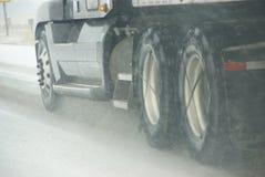 Ciężarówka męczy przędzalnictwo na autostradzie podczas śnieżycy Obraz Stock