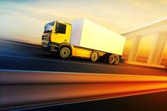 Ciężarówka na asfaltowej drogi autostradzie obrazy royalty free