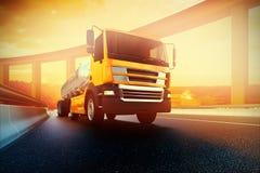 Ciężarówka na asfaltowej drogi autostradzie ilustracja wektor