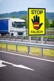 Ci??ar?wka na autostradzie w austriackiej wsi z przerw?, fa?szywym znakiem ostrzega? kierowc?w STOP/FALSCH/ obrazy stock