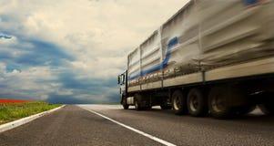 Ciężarówka na osamotnionej autostradzie obrazy royalty free