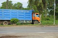 Ciężarówka na wiejskiej drodze zdjęcia royalty free