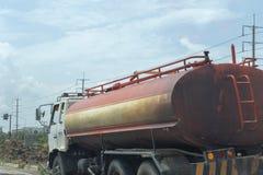 Ciężarówka nafciana i stara czerwień na drodze Zdjęcie Stock