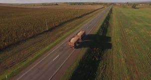 Ciężarówka niesie żniwo na drodze zbiory