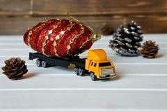 Ciężarówka niesie magicznego garbek dla dziecka ` s nowego roku obraz stock