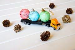 Ciężarówka niesie zabawki dla dziecko nowego roku wakacje obrazy stock