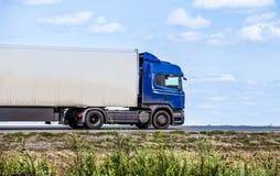 Ciężarówka odtransportowywa zafrachtowania na autostradzie zdjęcia stock