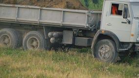 Ciężarówka odtransportowywa ziemię zbiory