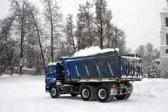 Ciężarówka pełno śnieg, śnieżny cleaning po krańcowego opadu śniegu Zdjęcia Stock