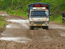 Ciężarówka podróżuje na drodze. Zdjęcie Royalty Free