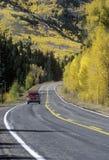 Ciężarówka podróżuje w jesieni na trasie 145 w Kolorado Obraz Royalty Free