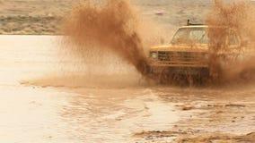 Ciężarówka przejeżdżająca przez błotne wody zbiory wideo