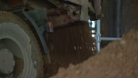 Ciężarówka rozładuje ziemię Teren budowy 104 zbiory wideo