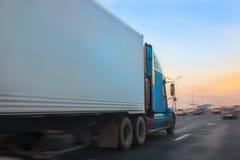 Ciężarówka rusza się na autostradzie Fotografia Stock