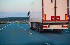 Ciężarówka rusza się na autostradzie przy nocą zdjęcia stock