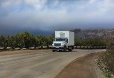 ciężarówka rusza się na halnej drodze fotografia stock