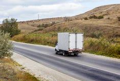 Ciężarówka rusza się wzdłuż drogi zdjęcie royalty free