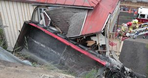 Ciężarówka staczał się daleko w falezie i rozbijał w dom zdjęcie wideo