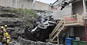Ciężarówka staczał się daleko w falezie i rozbijał w dom zbiory