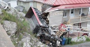 Ciężarówka staczał się daleko w falezie i rozbijał w dom zbiory wideo