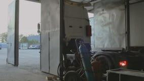 Ciężarówka wchodzić do wśrodku samochodowej staci obsługi zdjęcie wideo