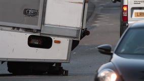 Ciężarówka wtykająca na stromym wzgórzu z kierowcą, policja i znak zdjęcie wideo