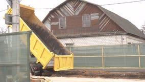 Ciężarówka wypełnia ziemię z nowymi drymbami zamienia starego miasta grzejną magistralę i rozmontowywa dla grzejnej magistrali, zbiory wideo