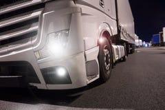 Ciężarówka z światłami dalej przy nocą zdjęcie royalty free