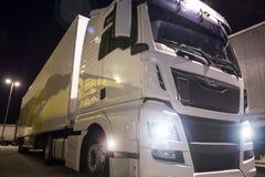 Ciężarówka z światłami dalej przy nocą obraz stock