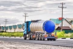 Ciężarówka z chromu tankowem na ampule brukował drogę Obraz Royalty Free