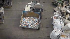 Ciężarówka z dużą miarką sortuje grat na jardzie przetwarzać fabrykę zbiory