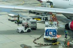 Ciężarówka z paliwowym zbiornikiem na pasie startowym Paliwowa ciężarówka refuel samolot pasażerski Pracownicy Ładuje torby W sam zdjęcie royalty free