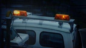 Ciężarówka Z Rozblaskowymi światłami Na Dżdżystym wieczór zbiory