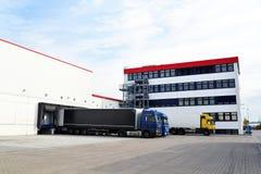 Ciężarówki ładują z towarami przy zajezdnią w towarzystwie żeglugowe Zdjęcie Royalty Free