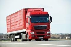 Ciężarówki ciężarówka na autostrady drodze zdjęcia royalty free