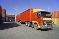 Ciężarówki i ładunku zbiorniki przy portem Obrazy Royalty Free