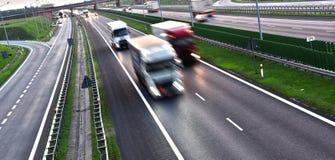 Ciężarówki na cztery pasów ruchu dostępu autostradzie w Polska Fotografia Royalty Free