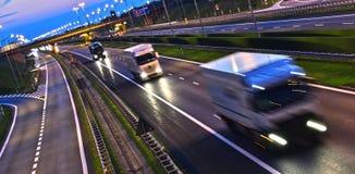 Ciężarówki na cztery pasów ruchu dostępu autostradzie w Polska Zdjęcie Royalty Free