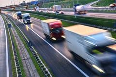 Ciężarówki na cztery pasów ruchu dostępu autostradzie w Polska Fotografia Stock