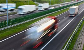 Ciężarówki na cztery pasów ruchu dostępu autostradzie w Polska Zdjęcie Stock