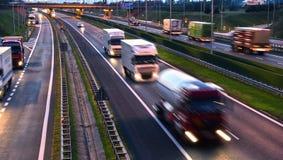 Ciężarówki na cztery pasów ruchu dostępu autostradzie w Polska Zdjęcia Royalty Free