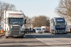 Ciężarówki przy spoczynkowym terenem autostrada Zdjęcie Royalty Free