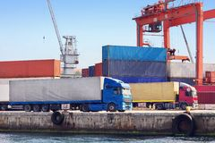 Ciężarówki w porcie morskim Obrazy Royalty Free