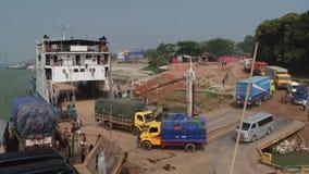 Ciężarówki wyokrętują od Daulatdia ferryboat przy Padma brzeg rzeki przy Chhota Dhulandi, Bangladesz zdjęcie wideo