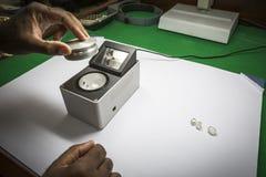 Ciężar równowaga normalnie używać ważyć nieoszlifowanych diamenty fotografia stock