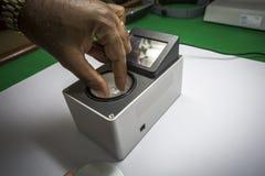 Ciężar równowaga normalnie używać ważyć nieoszlifowanych diamenty zdjęcia stock